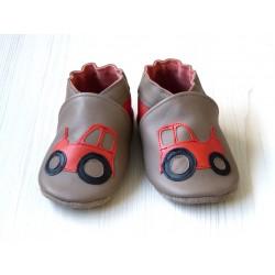 Chaussons en cuir souple - Tracteurs taupe. Fait main et unique.