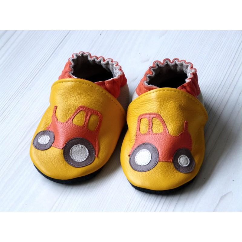Chaussons en cuir souple - Tracteurs jaunes. Fait main et unique.