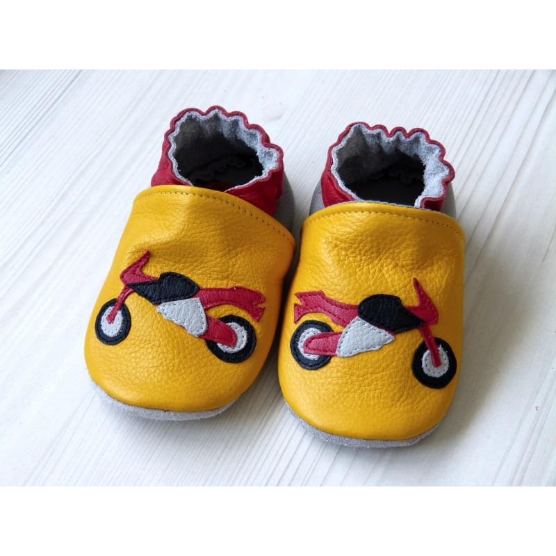 Chaussons en cuir souple - Motos jaunes. Fait main et unique.