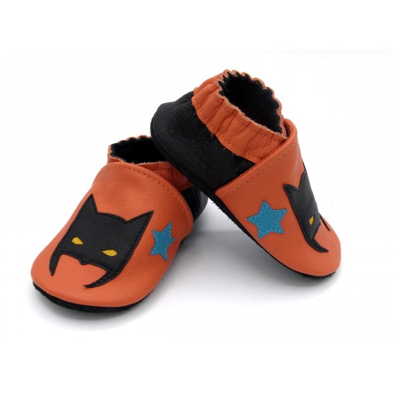 Chaussons en cuir souple - Super héros orange. Fait main et unique.