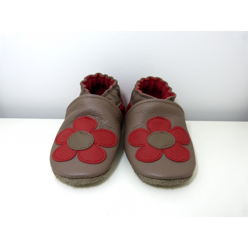 Chaussons en cuir souple - Fleurs taupe. Fait main et unique.